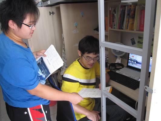 在河北科技大学,腾达聘请当地学生进行宿舍彩页派发.图片